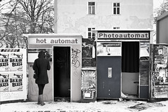 Photoautomat (kohlmann.sascha) Tags: street schnee winter berlin de deutschland fotografie jahreszeit technik frau gebäude voigtländer wetter mensch fotoautomat objektiv nokton25mm1095 ser№8141040 ilobsterit