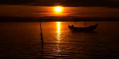 Dibujando un nuevo dia (Giacomo della Sera) Tags: landscape red paisaje orange naranja portugal europa amanecer sol sun clouds nubes barca boat