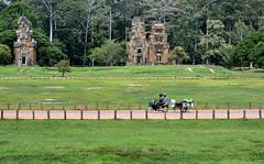 Angkor's transport (kabezuki) Tags: nikon d5200 nikkor angkor camboya cambodia street asia motorbike moto templo temple