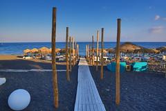 Santorini (Greece): Perivolo Beach (DieBuben.de) Tags: beach sand coast sunbeds bluesky woodenpath greece santorini canon5dmarkiii canon5diii
