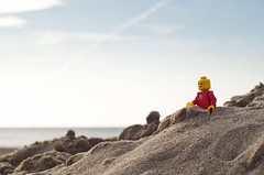 Project 52/Mister Lego: Week 20 (Marie l'autre) Tags: red sea mer project catchycolors rouge 50mm sand dof lego pentax sable plage 52 deepoffield beatch projet k30 project52 marielautre projet52 olderbutnotold legography 52weeksofphotography