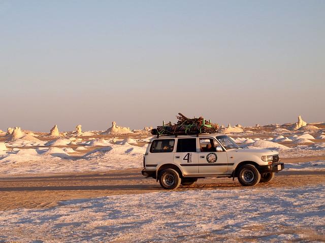 <p>夕焼けの白砂漠を行く。</p>