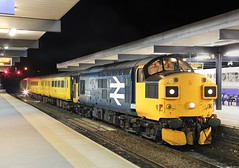 37025 sits at Blackburn (Ross Taylor pictures 2015) Tags: englishelectric ee september 2016 england uk lancashire blackburn railway colas colasrailfreight br largelogo class37 yellow testtrain networkrail nevillehill 1q67 37025