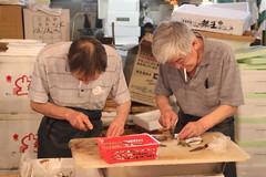 Tokyo - Fish market (galletti713) Tags: pesce fish market mercato tokyo japan giappone anziani pescatori uomini lavoro work mare sea cucinare tagliare pulire lische sigarette cigarette fumo smoke fisherman men cut knife coltello