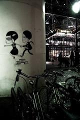 beaubourg  - les amoureux qui s'enfuient - paris (Mon Cabinet de Curiosits - Izzy) Tags: paris nylonbleu graffitis couple amoureux rue street night nuit beaubourg muse musem