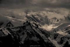 Menace en Altitude (M) (Frdric Fossard) Tags: grain texture monochrome orage tourmente nature altitude glacier neige montblanc aiguilledumidi lumire atmosphre dramatique cime montagne flancdemontagne massifdumontblanc chamonix montblancdutacul midiplan srac hautemontagne