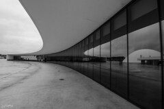 Niemeyer (J Fuentes) Tags: flickr save avils arquitectura architecture oscarniemeyer centrocultural ra blanco negro blancoynegro blackwhite bw reflejos