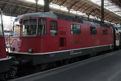 SBB Lokomotive Re 4/4 II 11129 bzw. SBB 420 129 - 9 ( Hersteller SLM Nr. 4661 - BBC MFO SAAS - Baujahr 1967 mit Scherenstromabnehmer ) am Bahnhof Basel SBB im Kanton   Basel Stadt der Schweiz (chrchr_75) Tags: albumzzz201610oktober christoph hurni chriguhurni chrchr75 chriguhurnibluemailch oktober 2016 hurni161018 bahn eisenbahn schweizer bahnen zug train treno albumbahnenderschweiz2016712 albumbahnenderschweiz schweiz suisse switzerland svizzera suissa swiss albumsbbre44iiiii lok lokomotive sbb cff ffs schweizerische bundesbahn bundesbahnen re44 re 44
