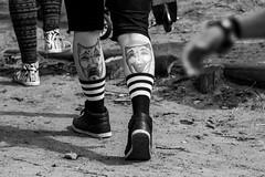 Juliana Bitahwa Nyine Streetphotography-1100 (jbn_photography) Tags: 70d ausenaufnahme berlin bildbearbeitung blackandwhite farben germany human lnder mensch schnappschuss spiegelreflexkamera bw beine black canon cool deutschland face fotografie gesicht mann menschen nahaufnahme people person photo photography picture schuhe schweis shoes socken socks street streetfotografie tatoo tatoos waden walk walking