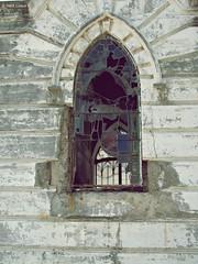La ventana gtica (Ins Luque Aravena) Tags: glass broken window ventana gtica gothic cemetery cementerio cimitero valparaso grave tomb tumba sepultura