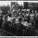 Archiv H482 Friedrich von Bodelschwingh Kindergarten, Frühstück, Lüdenscheid 1952 thumbnail