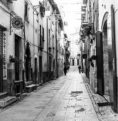Nei vicoli di Scanno (AQ) - Abruzzo. (claudia aquarius) Tags: scanno abruzzo vicoli bianco e nero black white paese