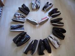 HEURE DU RECYCLAGE (marsupilami92) Tags: france frankreich ledefrance hautsdeseine 92 courbevoie becon pyramidedechaussures handicapinternational pyramidofshoes chaussures baskets sneakers adidas converse nike springcourt vans horloge