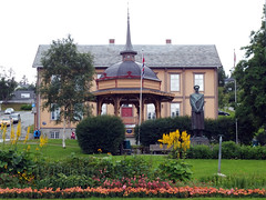 Troms:  Bandstand, Statue of King Haakon VII, and former Town Hall (1) (Phil Masters) Tags: troms tromso 17thjuly july2016 norwayholiday norway bandstand townhall tromstownhall tromsformertownhall tromsotownhall tromsoformertownhall gardens statue kinghaakonvii kinghaakon haakonvii statueofkinghaakonvii statueofkinghaakon statueofhaakonvii statueofkinghaakonstatue haakonviistatue kinghaakonviistatue kinghaakonstatue