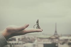 Torre Eiffel (Graella) Tags: torreeiffel france francia torre eiffel pars hand mano mans landscape paisaje paisatge retrato retrat portrait desenfoque blur llavero clauer vintage travel viajar viaje