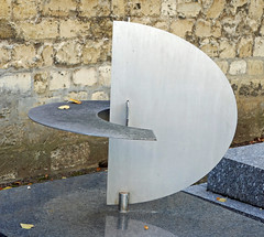 Grave sculpture of intersecting curved panels (Monceau) Tags: cimetiredumontparnasse modern sculpture metal grave intersecting plates