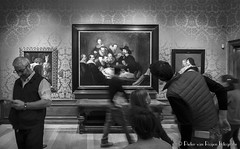 The Anatomy Lesson of Dr. Nicolaes Tulp. (PvRFotografie) Tags: nederland holland denhaag mauritshuis museum art rembrant people mensen zwartwit blackandwhite blackwhite monochrome watching kijken fujixf1655mmf28r fujixpro2