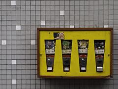 Kaugummiautomat (Wuppertal) (kohlmann.sascha) Tags: street food building facade tile de deutschland kacheln streetphotography technik vendingmachines bubblegum chewinggum sweetness wuppertal technique groceries gebude nordrheinwestfalen automat kaugummiautomat chiclete fassade automaten bubblegummachine chuddy nahrung lebensmittel kaugummi   sssigkeit gommadamasticare gomademascar pastilhaelstica chiclette gommemcher streetfotografie bubblegumdispenser gumadoucia strasenfotografie gommaamericana elchicle   wuppertalapril2013