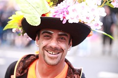 CSD - Pride (StellaMarisHH) Tags: europa deutschland hamburg stgeorg csd parade gay mann hut lachen freundlich canon canoneos5dmkii eos5dmkii 5dmkii tamron tamron70200 70200 28 offenblende photoscape portrait