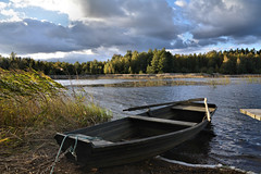 Jetzt geht es per Boot weiter / Now I've to continue by boat (r.stopable1) Tags: sweden sverige vimmerby tuna schweden autumn herbst ruderboot rowingboat grnsjn see lake smland clouds wolken water wasser outdoor