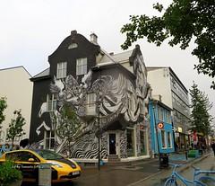 En la calle Laugavegur .Reykjavik-Islandia (lameato feliz) Tags: casa graffiti islandia callelaugavegur reykjavik