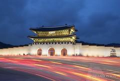 Seoul - Gyeongbokgung Palace (Rolandito.) Tags: seoul gyeongbokgung palace gate traffic trails blue hour dusk twilight nightfall evening abend night light lights