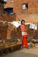 Thimi (Bertrand de Camaret) Tags: nepal asie asia thimi bertranddecamaret femme woman pot poterie rouge red brique nationalgeographic ngc travail work verticale natgeofacesoftheworld