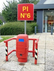 PI N6 (Mais oui, bien sr !) (xavnco2) Tags: panneaux french signs centre commercial amiens dury somme picardie france borne incendie fire hydrant