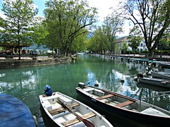 La Vieille Ville & Le Thiou (AmyEAnderson) Tags: outdoor annecy france europe rhonealps hautesavoie alps scenic thiou river canal boats winding bending waterfront water riverfront waterway trees vanishingpoint