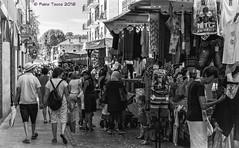 curiosando (Fabio Tacca) Tags: curiosando fabiotacca mercato gente banchidelmercato snooping market people marketstalls biancoenero blackandwhite streetphotography street strada fotografiadistrada vita life italy piemonte visitpiedmont borgomanero venerd friday