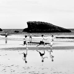 jeux de plage (Ipanem-2009) Tags: bw biarritz biancoenero blackdiamond bsquare blackwhitephotos bestofmywinners