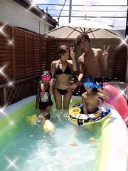 辻希美(25)家族揃って自宅のビニールプールで遊ぶ → 区民プールくらい行かせろと非難殺到