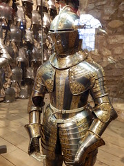 Royal Armouries, The Tower of London (photphobia) Tags: tower toweroflondon london castle castillo fortress uk oldwivestale cityoflondon royalarmouries museum suitofarmour whitetower indoor boysarmour