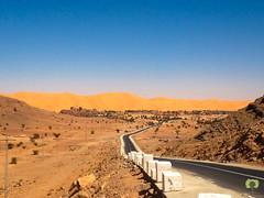 Soudain, apparat l'oasis de Taghit surplomb par sa grande dune (Ath Salem) Tags: algrie bchar taghit beni abbes kenadsa barrage djorf torba dsert sahara tourisme dcouverte palmeraie           dunes zousfana saoura