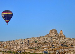 Holiday memories (2009): Uhisar (Fil.ippo) Tags: mountain rock turkey lumix balloon panasonic viaggi mongolfiera cappadocia turchia kapadokya uchisar uhisar