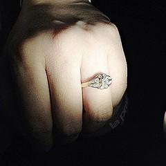 """แหวนแต่งงานที่คุณพ่อสวมให้คุณแม่วันแต่งงาน อายุแหวน 60 ปี ถูกสวมลงบนนิ้วของฉัน ด้วยสำนึกต่อหน้าที่ความเป็นลฺูกสาวที่ต้องดูแลอะไรหลายอย่างที่เป็นของคุณพ่อให้คงอยู่ตลอดไป """"ขอให้คุณพ่อกับคุณแม่ ปกป้องดูแล แก้วตา ดวงใจ สมาชิกของครอบครัวอันเป็นที่รักของทุกคนคน"""