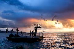 A chacun son bonheur (MB*photo) Tags: ambiance coucherdesoleil lac lutry orage t plongeoir jeux enfants kids tempte wwwifmbch vaud lman lakegeneva suisse switzerland schweiz romandie