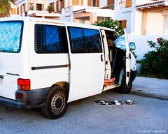 Al fresquito (Franci Esteban) Tags: seleccionar furgoneta blancoynegro fotografacallejera streetphotography pies