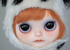 (Aya_27) Tags: decorations white black hat hair panda dress cut handsewn mywork custom petite choc pandahat blythedoll fbl scalp inhand simplychocolate limitedset holagominola creayations holachoc