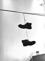 Zapatos colgantes (gioyoui) Tags: bw blancoynegro 35mm blackwhite analgica shoes bn zapatos analogue shoesonawire analogic analgico hangingshoes anlog zapatoscolgando