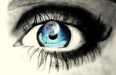 Tus ojos en penumbras apuñalando la noche de un silbido y una tempestad de ópalos tintineando destellos con solo pestañear... (conejo721*) Tags: argentina ojo amor luna palabras mardelplata poesía poema sentimientos conejo721