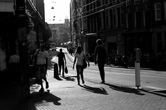 dancing shadows on Amstelstraat, Amsterdam (Amselchen) Tags: amsterdam street streetphotography shadow lightandshadow blanckandwhite bw light city people fuji fujifilm fujinon fujixseries xt10 xc1650mmf3556oisii