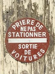 PRIERE DE NE PAS STATIONNER (frankrolf) Tags: castillonlabataille nepasstationner sortie
