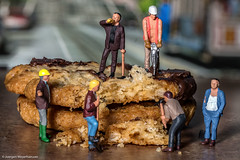 Tiny People - Men at work II - Keksbaustelle - DSC03816.jpg (J.Weyerhuser) Tags: testfiguren keks figuren figures toy spielzeug eisenbahn h0 schokolade baustelle