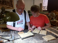Two classy dudes cutting Brylski (Indra Kupferschmid) Tags: wisconsin hamilton typecon tuscan pantograph woodtype tworivers norb brylski