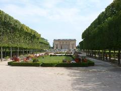 Vers le petit (ManuB.) Tags: france castle monument europe day ledefrance cloudy palace versailles palais 78 chteau parc patrimoine historique trianon petittrianon yvelines
