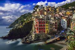 Vistas de Riomaggiore, Cinque Terre... (elpitiuso) Tags: riomaggiore cinqueterre laspezia italia italy colors sky clouds travel rocks sea