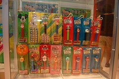 Vintage PEZ Display (feldamundo) Tags: pez center visitors dispensers vistor