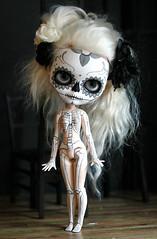 calavera y esqueleto (Kittytoes) Tags: scale dayofthedead skeleton skull grey sugar diadelosmuertos blythe commission calavera melancholykitties