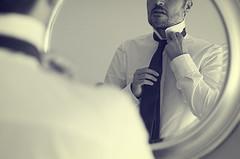La corbata (Graella) Tags: corbata elegancia hombre retrato portrait retrat camisa espejo reflejo mirror reflection necktie shirt bn hands manos mans